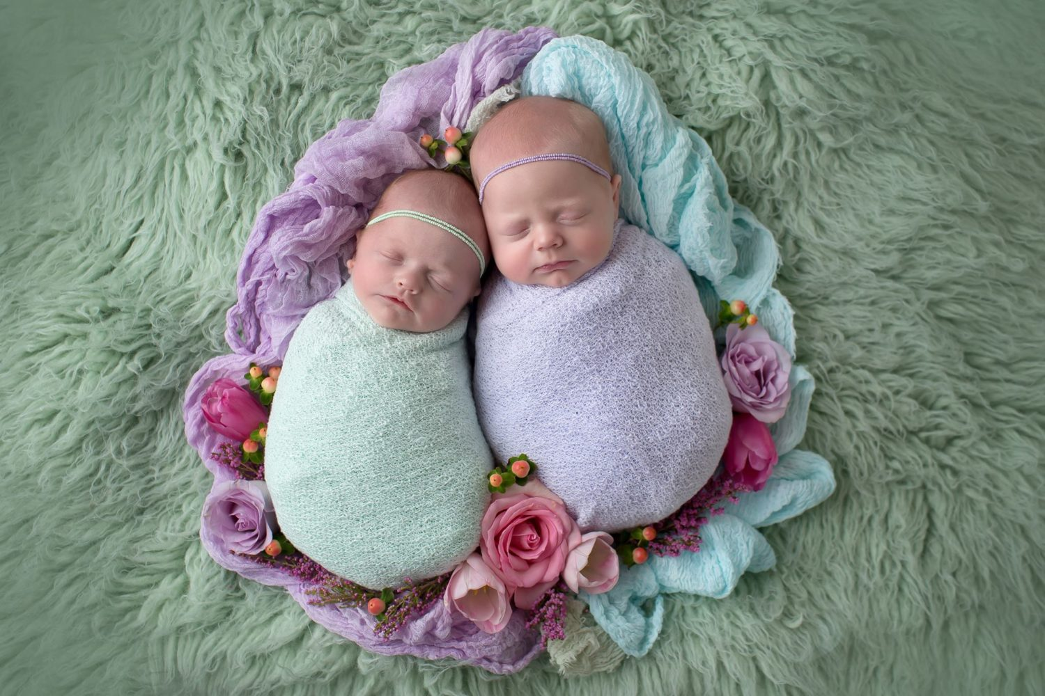 newborn-twins-wrapped-in-cloth-wraps-photographer-posing-guide